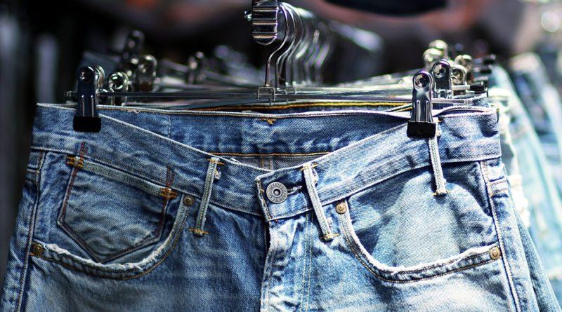 Typy džínů, které se nyní nosí. Máte je všechny ve sbírce?